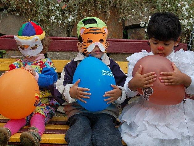 Den dětí v zahradě karlovarského dětského domova v Zítkově ulici.