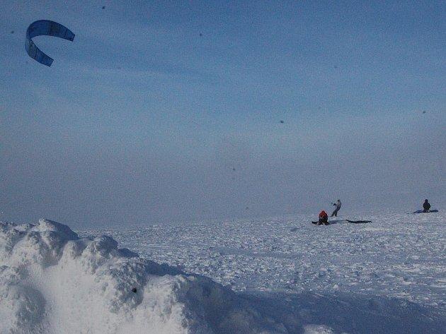 VÍTR JE ŽENE VPŘED. Největší radost z větrného počasí mají vyznavači extrémní jízdy na lyžích tažených padákem. V orkánu by si to dovolit nemohli.