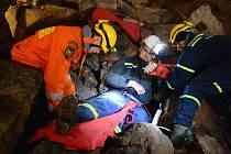 Hasiči nacvičovali záchranu lidí ze středověkého dolu Mauritius v Hřebečné.