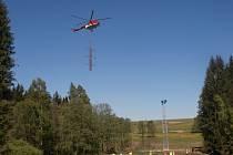 Stavba stožárů pomocí vrtulníku.