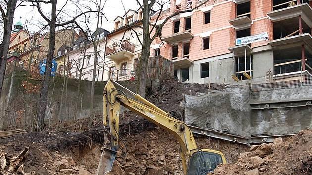 MĚSTO OPĚRNÝCH ZDÍ. Karlovy Vary jsou městem opěrných zdí. I soukromí investoři s nimi mají co do činění, když se rozhodnou stavět domy ve stráních,jako tomu je například ve Škroupově ulici.