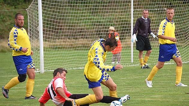 První porážku utrpěli fotbalisté Jáchymova, když doma nestačili na Hroznětín.