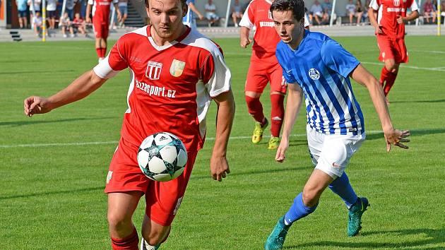 Ostrov (modrobílém) si o víkendu připsal na konto třetí výhru, když pokořil Chodov (v červeném) vysoko 7:0.