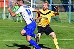 Karlovarská Lokomotiva uhrála nerozhodný výsledek 1:1 v derby s Hroznětínem (ve žlutém).