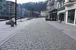 Karlovarské ulice jsou nyní téměř prázdné.