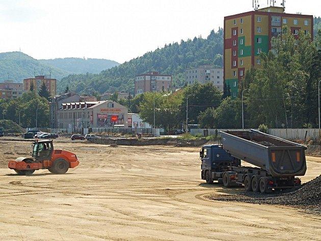 DO KONCE ROKU. Investor, firma Lordship, dokončí dekontaminaci půdy u dolního nádraží do konce roku. Než se zde začne stavět, město má zatím výhrady, bude obrovská plocha zatravněna.