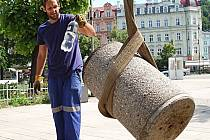 PRACOVNÍCI úklidových firem se při festivalu i krátce po něm zapotili. Především centrum města bylo odpadky zavaleno.