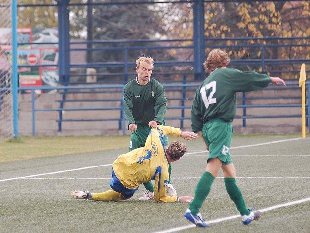 Fotbalový zápas Buldoků s Varnsdorfem se na chvíli zvrhl v zápas nefotbalový.