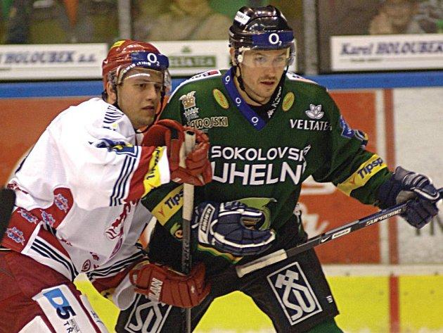 Byl to boj! Třinecký Zbyněk Hampl (vlevo) se snaží zastavit Jaroslava Kristka, který dobývá branku Romana Čechmánka.