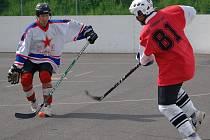 Hokejbalisté CSKA Karlovy Vary vyhráli první utkání semifinálové série play off. Na vlastním hřišti udolali Snack Dobřany až na samostatné nájezdy 4:3