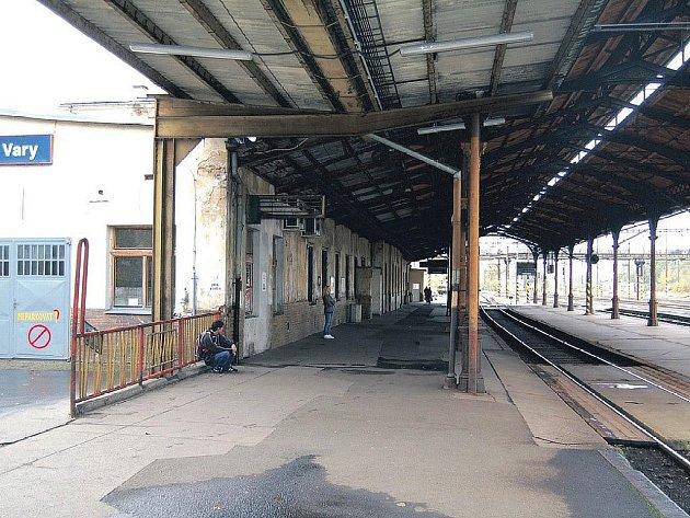 Čas se zastavil? Horní nádraží v Karlových Varech vypadá i po několika letech, kdy se mluví o jeho rekonstrukci, stále stejně odpudivě.
