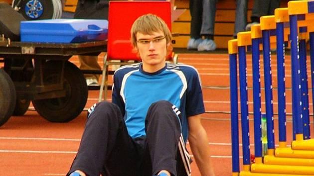 'DVOUMETROVÝ' TOMEK. Poprvé v životě přes dva metry skočil ve strahovské hale nadějný výškař AC Start Karlovy Vary Vladimír Tomek.