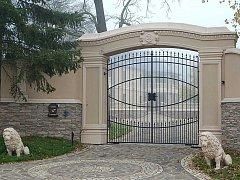Pusté sídlo. Zámecký pán Milan Zádamský musel vyměnit luxus své rezidence v Květnové u Ostrova za vězeňskou celu.