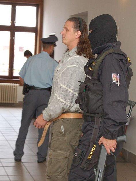 VE VAZBĚ JICH SKONČILO JEDENÁCT. Policisté zatkli během tří zásahů celkem jedenáct členů Zádamského gangu.