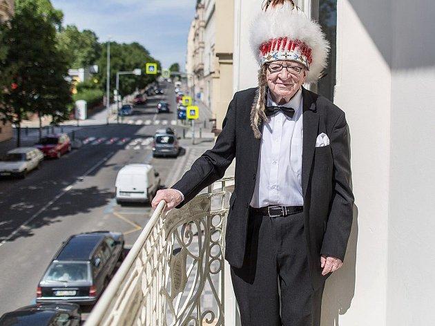 """DALŠÍ SLAVNÁ """"BALKONOVKA"""" vznikla pro 50. ročník Tourfilmu. Tomáš Třeštík vyfotil cestovatele Miroslava Stingla."""