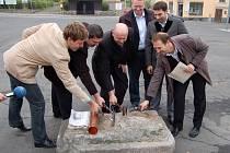 Přestavba náměstí byla projektem, na jehož realizaci se podařilo městu Abertamy získat dotaci. Jinak mají ale starostové se zkušenostmi s dotacemi spíše smíšené pocity. Foto ze slavnostního zahájení rekonstrukce.