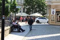 Do ulic v lázeňském území Karlových Varů se pomalu vracejí zahraniční turisté.