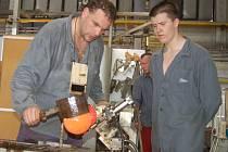 Ve sklářské huti karlovarského Moseru začala výroba křišťálových glóbů - ceny pro filmový festival