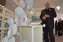 V klášterecké porcelánce otevřeli novou expozici, která vychází z filmu Holky z porcelánu. Mezi létajícími talíři zapózoval generální ředitel firmy Thun Vlastimil Argman.