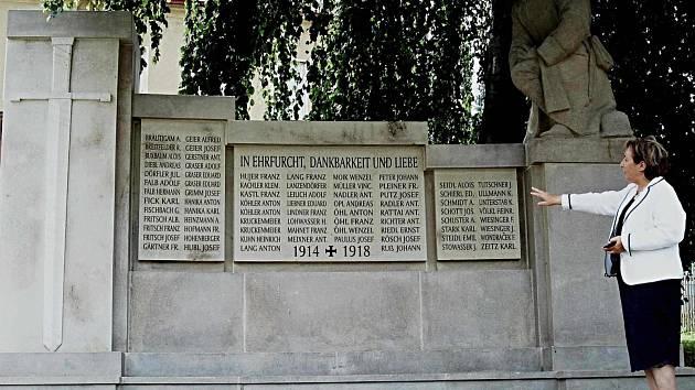 Obnovený pomník padlým v Bečově nad Teplou.