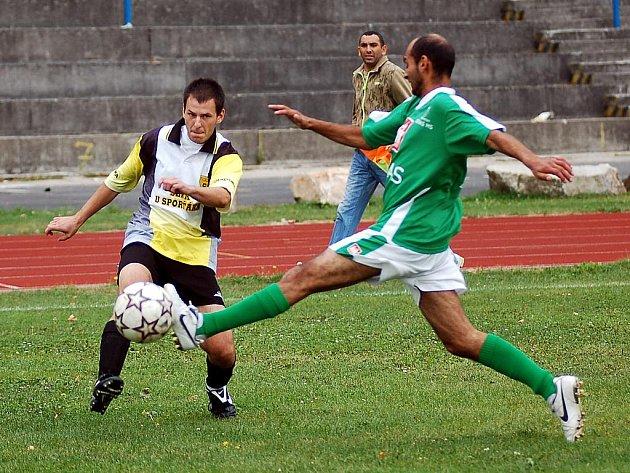 Karlovarská Slavia Junior (v zelené), nováček okresního fotbalového přeboru, si na domácí půdě připsala důležitou výhru nad rezervou Toužimi, kterou pokořila v poměru 2:1.