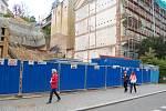KVŮLI NARUŠENÉ statice musí být spodní budova Střední zdravotnické školy v Karlových Varech zajištěna.