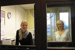 TŘETÍ PATRO DOMOVA MLÁDEŽE v Drahovicích nyní patří Pedagogicko-psychologické poradně. S problémy vám pomohou například také sociální pracovnice Karolína a Martina.
