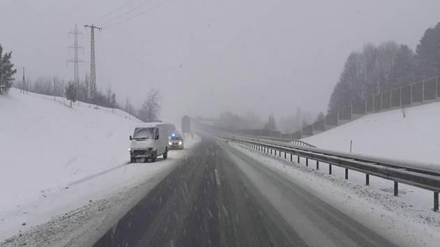Přes dvacet dopravních nehod, několik uvízlých kamionů a uzavřená dálnice D6 mezi Karlovými Vary a Sokolovem.