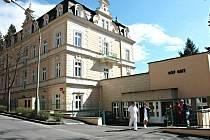 Senioři z Karlových Varů mohou získat několik míst v domě pro válečné veterány Bílý kříž.