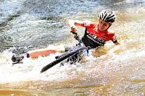 Nevyzpytatelný brod u tenisového areálu Gejzírpark nadělal v rámci 19. ročníku Karlovarského  AM bikemaratonu nejednomu bikerovi nemálo starostí, když někteří z nich se nedobrovolně vykoupali. Jak tomu bude letos?