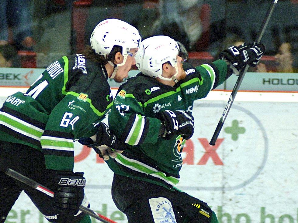 HC Energie (v zeleném) hostila Duklu JihlavaDávid Gríger dává gól na 2:0