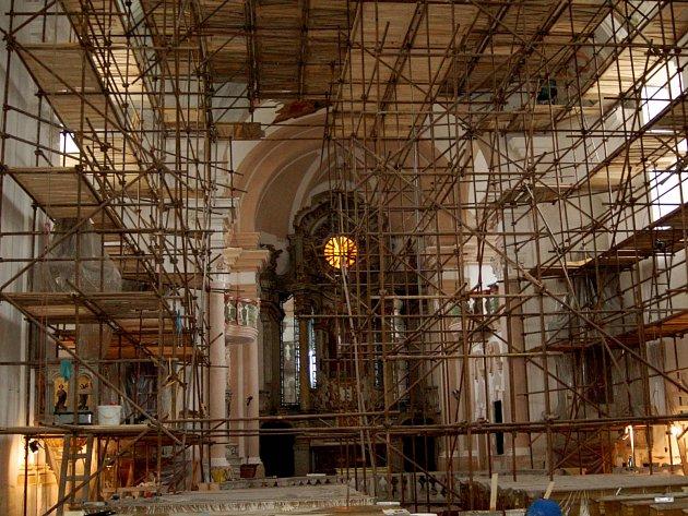Práce v kostele sv. Anny pokračují. Opravují se popraskané zdi a omítky