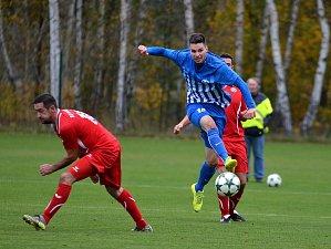 Fotbalisté Ostrova (v modrém) udrželi domácí neporazitelnost, když porazili Nové Sedlo (v červeném) v poměru 2:0, tím tak pět utkání v řadě za sebou před svými fanoušky neprohráli.