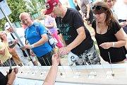 Samotné pořadatele 1. krásenského gulášového festivalu překvapilo, jaký o něj měla veřejnost zájem. Guláš navařený deseti soutěžními týmy spořádalo několik stovek lidí během hodiny.