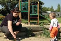 Bojí se. Toto dětské hřiště v Bohaticích už dětem příliš neslouží. Čas na něm podle místních tráví hlavně narkomané.