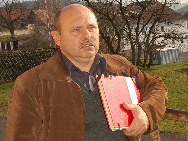 """""""Žádné záruky jsem za odsouzenou policistku prezidentovi nedal,"""" říká Miroslav Dorňák, starosta Chyše."""
