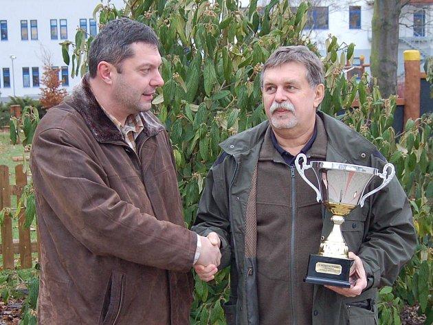 Sportovnímu rybáři Josefu Dohnalovi (vpravo) pogratuloval k titulu vicemistra i Michal Riško, předseda Místní organizace Českého rybářského svazu Karlovy Vary.