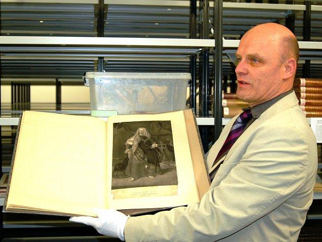 Vratislav Emler, ředitel knihovny, neváhal a opatrně a v bílých rukavicích ukázal knihu o rodu Schwarzenbergů. Rok jejího vydání není přesně znám.