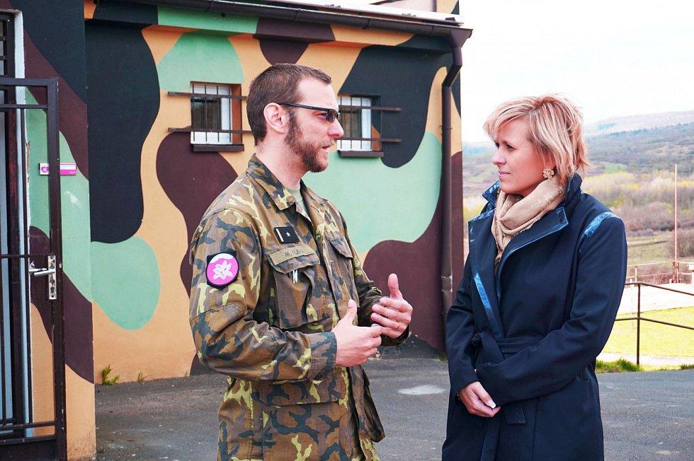 Náčelník Střediska obsluhy výcvikového zařízení Hradiště Martin Kuna vysvětluje hejtmance Janě Vildumetzové využití prostoru a zabezpečení jednotek v době cvičení.