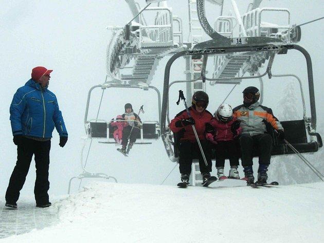 KONEČNĚ SE LYŽUJE. Zima si sice dávala načas, ale teď se zdá, že už konečně přišla. Alespoň do hor. Rozjet se tak mohly například všechny lanovky ve Skiareálu Plešivec, který dosud sužoval právě nedostatek sněhu. O víkendu sem přijely stovky lyžařů.