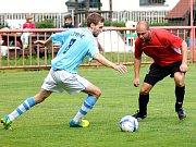 Fotbalisté Dolního Rychnova (v červeném) hostili Sokol Chyše.