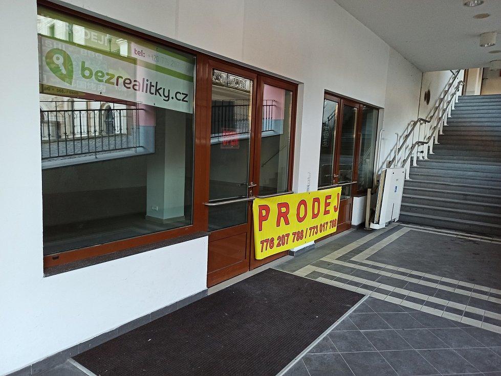K pronájmu či prodeji jsou také obchody poblíž Městského divadla.