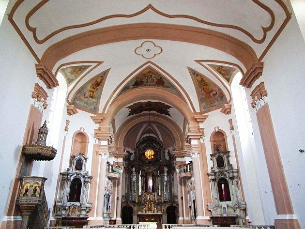 Současný stav po opravě štukové výzdoby, fresek a výmalby lodi   kostela sv. Anny v Sedleci.