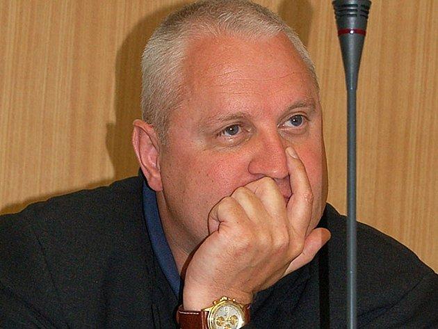 Jden ze stíhaných. Proti Davidu Hanzlovi, bývalému ředitele karlovarské nemocnice, bylo zahájeno trestní stíhání.