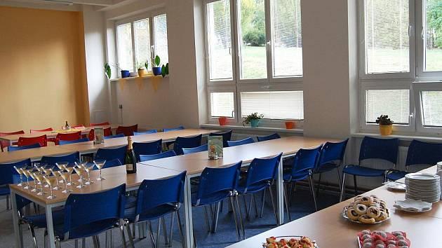 Zrekonstruovaná jídelna. Gymnazisté po prázdninách přišli do nově zrekonstruované jídelny.