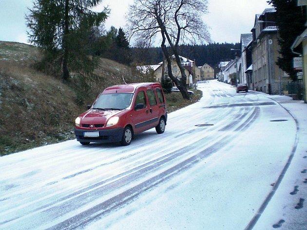 Ranní sníh na Perninku. Sněhová nadílka zaskočila řidiče v Karlovarském kraji. Místy napadly až tři centimetry sněhu.