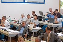 Poslouchali jen sami sebe. Pokud k prodeji Lázní III diskutovali zastupitelé, pak seděli na místech. Jakmile promluvili členové sdružení O co jim jde, většina zastupitelů na protest opustila sál.