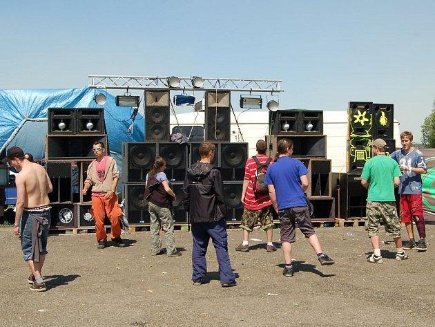 Do Krajkové na Sokolovsku se na víkend sjelo několik tisíc technařů.
