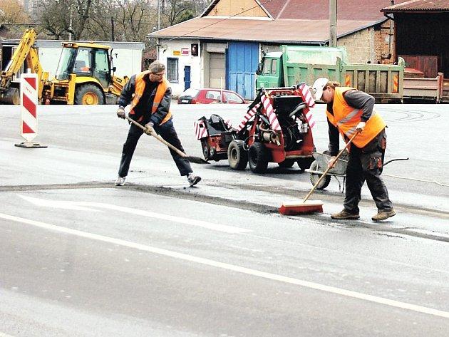 Dělníci finišují na stavbě kruhové křižovatky v Sokolově. Ta byla jednou z podmínek pro povolení objízdné trasy v obou směrech.