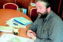Sám sobě. Sám sobě se přiznal i starosta Žlutic Jaroslav Vojta. Aby se zvídaví lidé dozvěděli, kolik kdo bere peněz a kolik má dluhů, i v obcích k tomu musí předkládat občanský průkaz a žádat o kód.